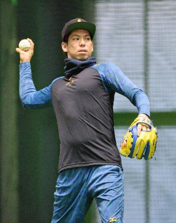 自主トレを公開し、メジャーのボールを使ってキャッチボールする前田健太投手=広島市