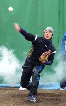 自主トレで投球練習をするDeNAの山口=神奈川県横須賀市