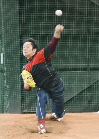 自主トレーニングで投球練習する楽天の松井裕=コボスタ宮城