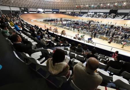 自転車トラックのアジア選手権が開催された伊豆ベロドローム。客席数不足などの課題が指摘されている=26日、静岡県伊豆市