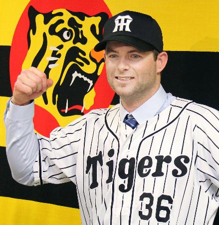 阪神の入団記者会見でポーズをとる、ヘイグ内野手=27日、兵庫県西宮市の球団事務所