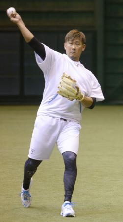 自主トレでキャッチボールをするソフトバンク・松坂=福岡市の西戸崎合宿所