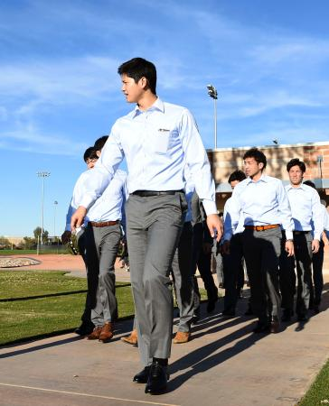 キャンプで利用する米大リーグ、パドレスの施設を見学する大谷(手前)ら日本ハムの選手たち=28日、ピオリア(共同)