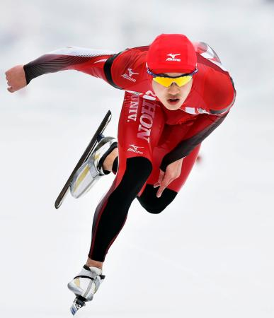 成年男子500メートル決勝 優勝した北海道の後藤卓也=岩手県営スケート場