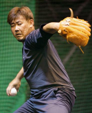 自主トレでブルペンに入り投球するソフトバンク・松坂=福岡市