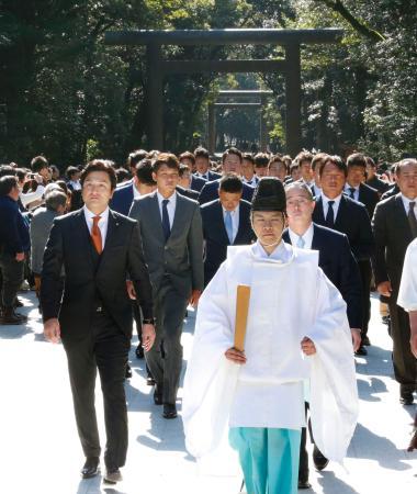 宮崎神宮へ必勝祈願に向かう高橋監督(左)と巨人ナイン=31日、宮崎市
