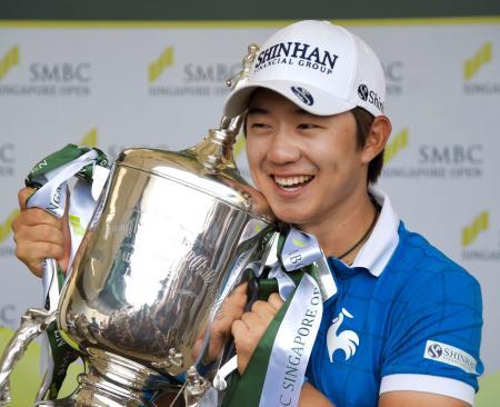 通算12アンダーで日本ツアー初優勝を果たした宋永漢=セントーサGC(共同)