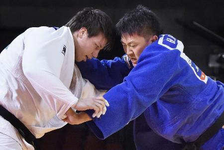昨年12月の柔道GS東京大会決勝で組み合う七戸龍(左)と原沢久喜=東京体育館