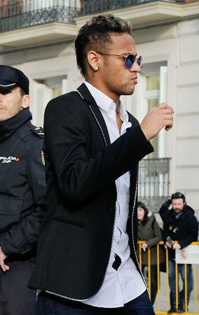 2日、マドリードの裁判所に出廷したバルセロナのネイマール=マドリード(ゲッティ=共同)
