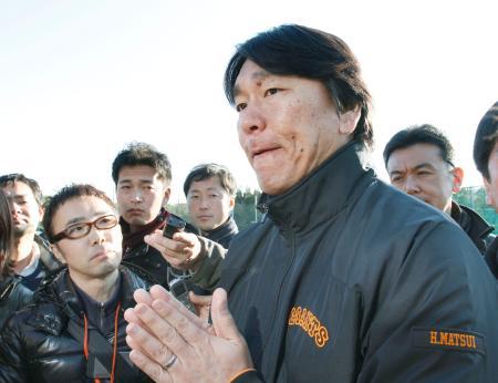 清原和博容疑者の逮捕について、報道陣の質問に答える松井秀喜氏=3日、宮崎市