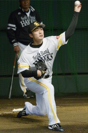 ブルペンで投球練習するソフトバンク・和田=宮崎アイビー