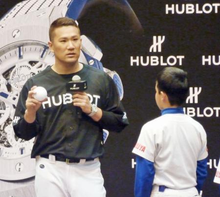 チャリティーイベントで、少年野球チームの子どもを前に話をする米大リーグ、ヤンキースの田中=3日、東京都内