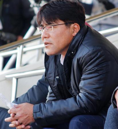 Jリーグのプレシーズン大会、鹿島―千葉を視察するU―23日本代表の手倉森監督=4日、宮崎市
