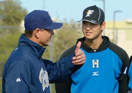 パドレス幹部のホフマン氏(左)のアドバイスを聞く日本ハム・大谷=ピオリア(共同)