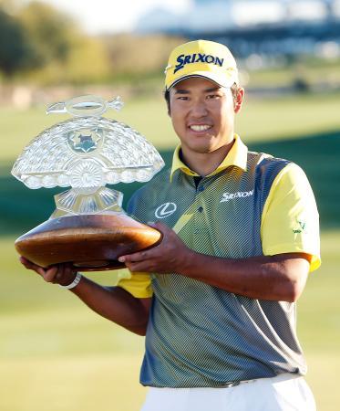 ゴルフのフェニックス・オープンで2014年6月以来となる米ツアー2勝目を挙げた松山英樹=7日、米アリゾナ州スコッツデール(AP=共同)