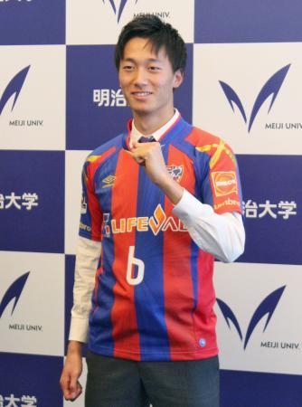 明大からFC東京に加入する、U―23日本代表の室屋成=8日、東京都千代田区