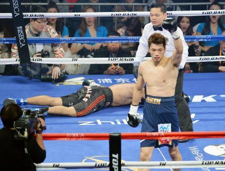 2回、ベガに勝利しガッツポーズの村田諒太=上海(共同)