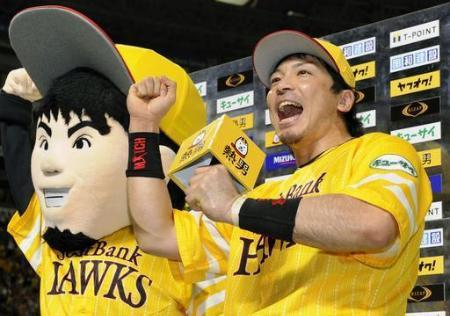 サヨナラ2点本塁打を放ち、お立ち台で喜ぶソフトバンク・松田=ヤフオクドーム(2015年9月6日、共同)