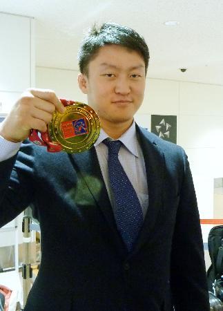 柔道のグランドスラム・パリ大会で優勝し、帰国した羽田空港でメダルを披露する100キロ超級の原沢久喜=9日