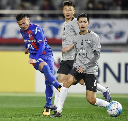FC東京―チョンブリ 前半、ゴールを決めるFC東京・阿部(左)=味スタ