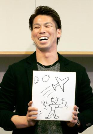 渡米を前に、自身が書いたイラストを手に心境を語るドジャースの前田健太投手=11日、成田空港