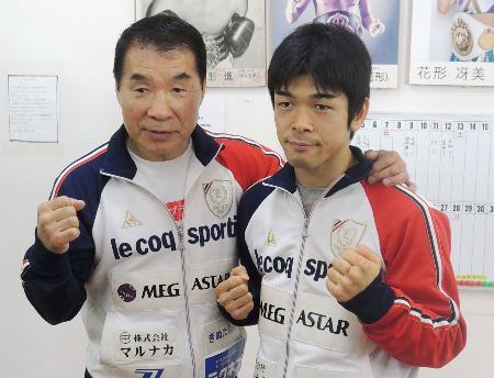 WBCミニマム級タイトルマッチに向けた記者会見でポーズをとる大平剛。左は花形進会長=13日、横浜市都筑区