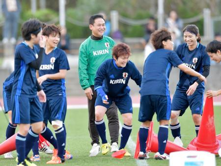 日本代表候補の国内組による合宿が始まり、笑顔を見せる佐々木監督(中央)=沖縄県中城村