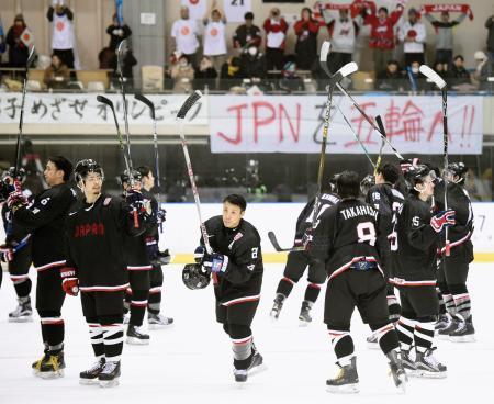 ルーマニアに完勝しスタンドにあいさつする久慈(中央)ら日本代表の選手たち=月寒体育館