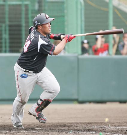 台湾プロ野球ラミゴ戦の7回、右越えに本塁打を放つロッテ・井上=石垣島