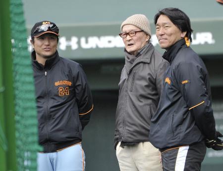 巨人キャンプを訪問し、高橋監督(左)、松井臨時コーチ(右)と練習を見る長嶋茂雄元監督=宮崎