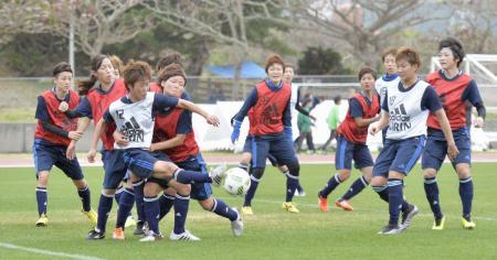 紅白戦で汗を流すサッカー女子のなでしこジャパン候補=沖縄県中城村