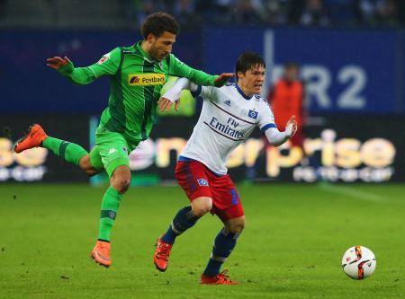 14日、ボルシアMG戦に出場したハンブルガーSVの酒井高徳(右)=ハンブルク(ゲッティ=共同)