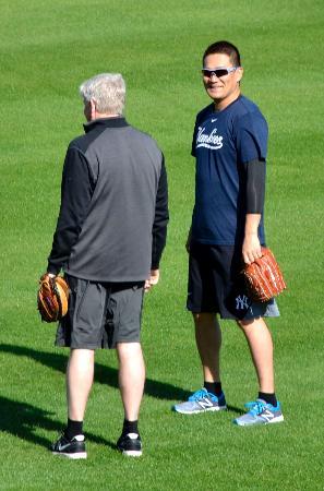 自主トレでロスチャイルド投手コーチ(左)と話すヤンキース・田中=タンパ(共同)