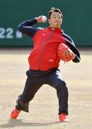 9年ぶりにキャンプ地の宮崎県日南市に入り、キャッチボールで汗を流す広島・黒田