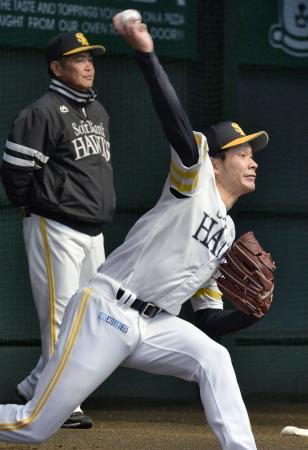 工藤監督(左)の前で投球練習するソフトバンク・武田=宮崎アイビー