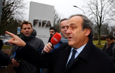 FIFA本部に到着したプラティニ氏=15日、チューリヒ(ロイター=共同)