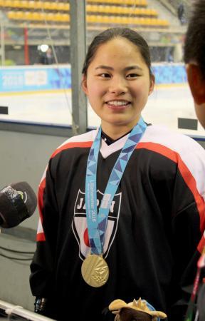 アイスホッケーのスキルチャレンジ女子決勝で金メダルを獲得し、笑顔の竹中星奈=リレハンメル(共同)