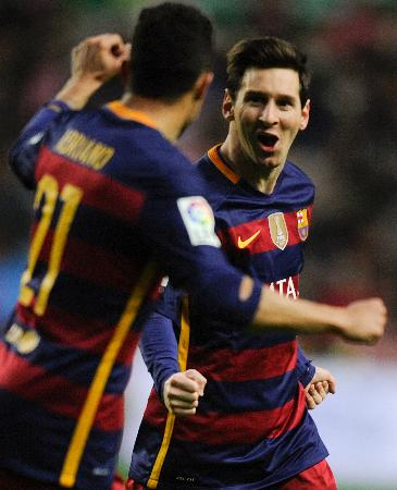 ゴールを決め、チームメイトと喜ぶバルセロナのメッシ(右)(ロイター=共同)