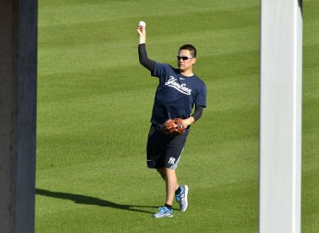 自主トレでキャッチボールするヤンキースの田中将大投手=2月14日、タンパ(共同)