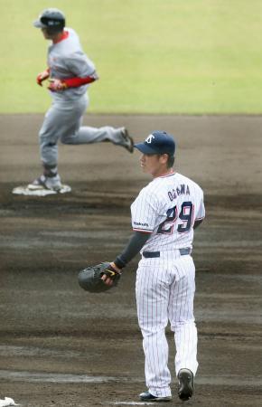 韓国プロ野球SK戦の2回、本塁打を浴びたヤクルト・小川(下)=浦添