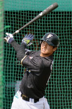 打撃練習する日本ハム・大谷=名護