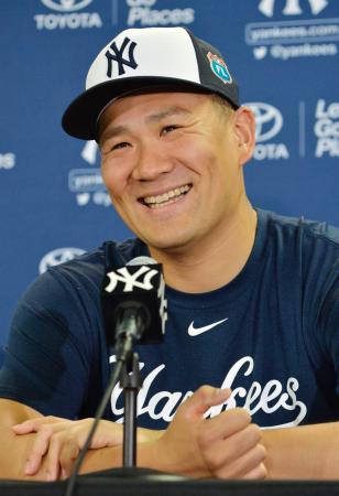 キャンプイン前日の記者会見で、長男誕生の話題に笑顔を見せるヤンキース・田中=タンパ(共同)