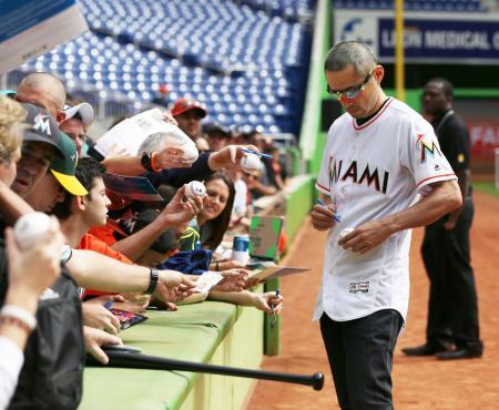 球団主催のイベントで、集まったファンにサインをするマーリンズのイチロー=マイアミ(共同)