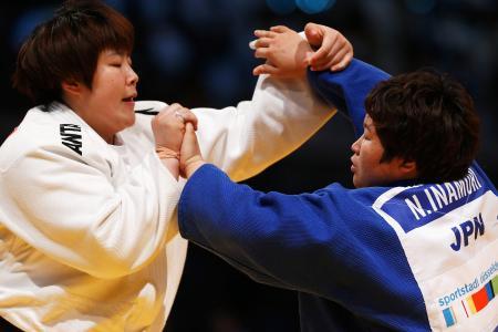 女子78キロ超級に出場した稲森奈見(右)=21日、デュッセルドルフ(ゲッティ=共同)