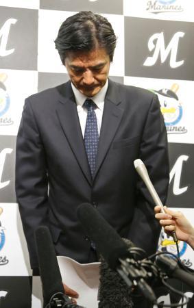 新外国人選手ヤマイコ・ナバーロ容疑者の逮捕を受けた記者会見で、謝罪するプロ野球ロッテの山室晋也球団社長=22日午後、千葉市