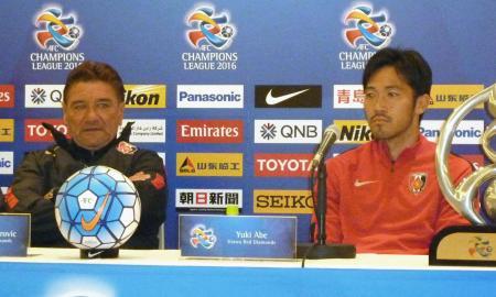 シドニーFC戦を前に記者会見に臨む浦和のペトロビッチ監督(左)と阿部=23日、埼玉スタジアム
