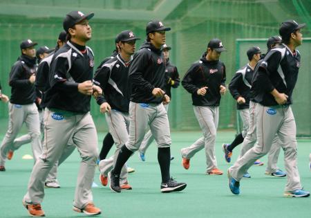 宮崎市で練習を再開したロッテの選手たち=23日