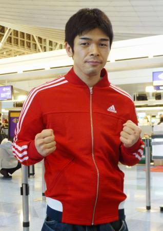 タイへの出発前、取材に応じる大平剛=23日、羽田空港