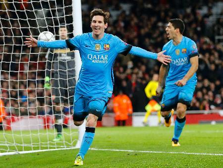 アーセナル戦で得点し、喜ぶバルセロナのメッシ(左)=ロンドン(AP=共同)