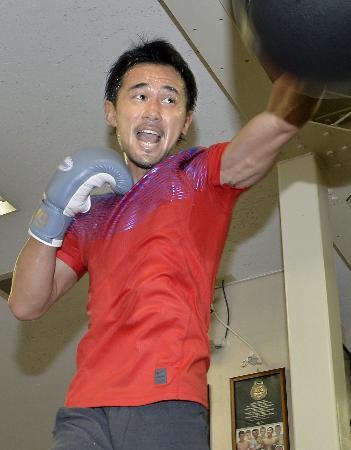 公開練習で汗を流すWBCバンタム級王者の山中慎介=24日、東京都新宿区の帝拳ジム